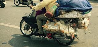 バイクの後ろに乗って女性 - No.716032