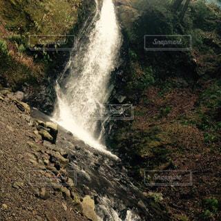 水から出てくる大きな滝 - No.719938