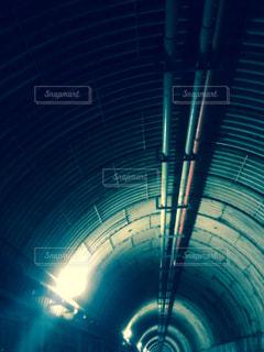 トンネルの先は長い長いつり橋でしたの写真・画像素材[716487]
