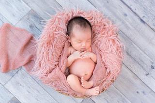 赤ん坊を持っている人の写真・画像素材[1137516]