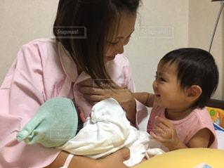 赤ん坊を持っている人 - No.1137524
