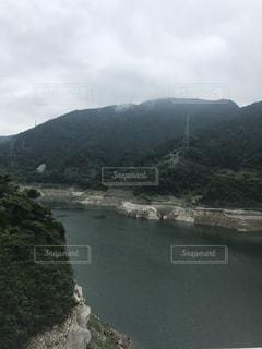 背景の山と水体の写真・画像素材[717057]