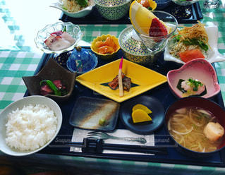テーブルの上に食べ物のボウル - No.962568