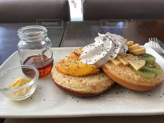 テーブルの上に食べ物のプレートの写真・画像素材[717138]