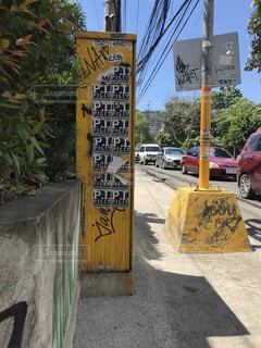 街の通り上のポール上の標識の写真・画像素材[717141]