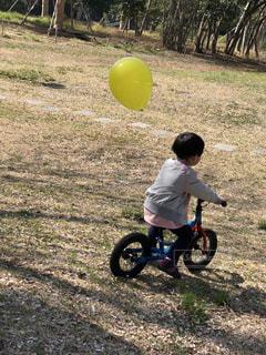 黄色い風船と自転車の子供の写真・画像素材[1716173]