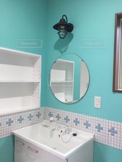 洗面台と鏡付きのバスルームの写真・画像素材[717870]