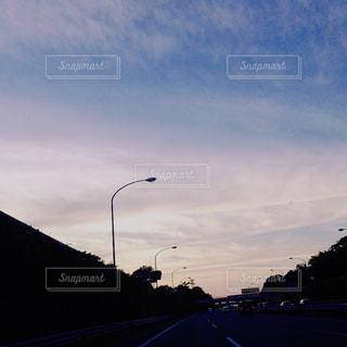 寂しい   夕焼け  帰り道の写真・画像素材[718032]