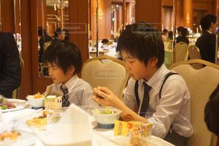 食事のテーブルに座っている人々 のグループの写真・画像素材[1458707]