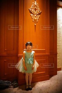 カメラにポーズ鏡の前に立っている人の写真・画像素材[1627554]