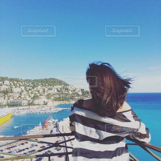 地中海の港を眺めながら風になびかれる女性 - No.738532