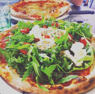 クリーミーな生モッツァレラチーズがふんだんに乗った本格派イタリアンピザ - No.753613