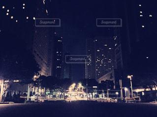 夜のライトアップされた街の写真・画像素材[718659]