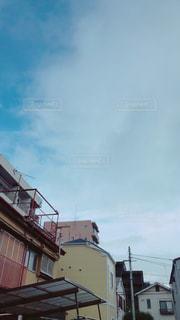 路地裏から見える空の写真・画像素材[2167793]