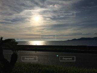 水の体に沈む夕日の写真・画像素材[745695]