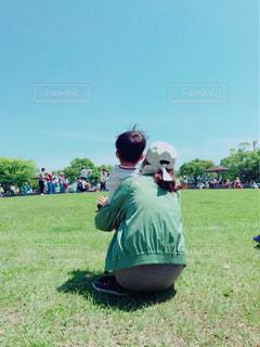 フィールドで野球を再生する人々 のグループの写真・画像素材[720975]