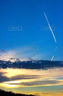 空高く凧の飛行男の写真・画像素材[732516]