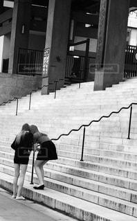 建物の隣に歩道を歩いている人の写真・画像素材[719489]