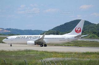 空港の滑走路の上に座って大きな旅客機の写真・画像素材[719508]