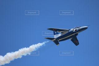 青い空を飛んでいるジェット戦闘機の写真・画像素材[719564]