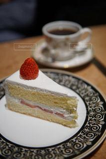 近くに皿の上のケーキのスライスのアップの写真・画像素材[719637]