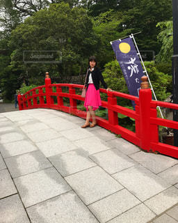 赤い橋でたたずむ女性 - No.719804