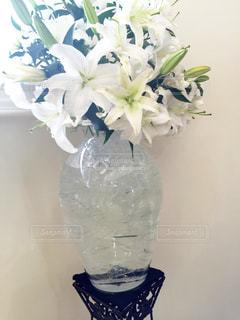 ユリとガラスの花瓶の写真・画像素材[719694]