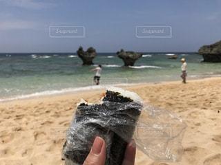 ビーチで食べるおにぎりの写真・画像素材[733181]