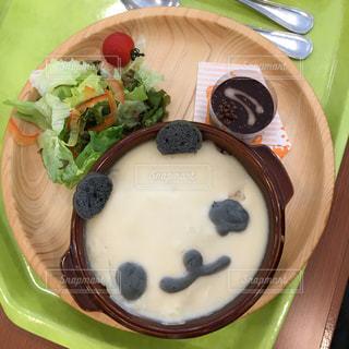 板の上に食べ物のボウルの写真・画像素材[720315]