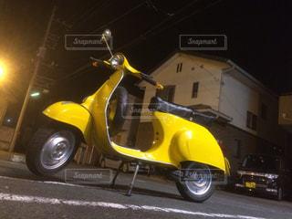 黒と黄色のオートバイが建物の前に駐車の写真・画像素材[720263]