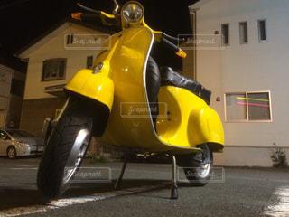 黄色のバイクが道の脇に駐車 - No.720264