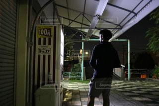 歩道に立っている人の写真・画像素材[720386]