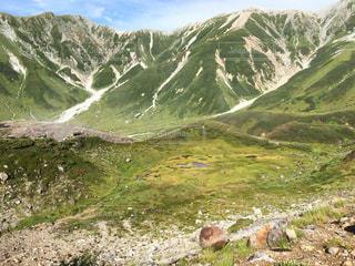 岩が多い丘の上放牧羊の群れの写真・画像素材[720634]