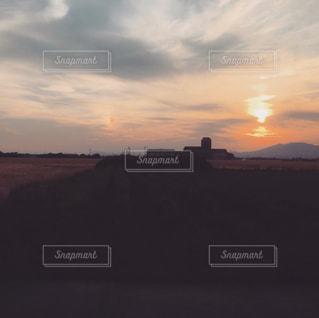 夕焼け空に浮かぶ雲の写真・画像素材[722435]