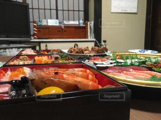 テーブルの上に食べ物の種類でいっぱいのボックスの写真・画像素材[722490]