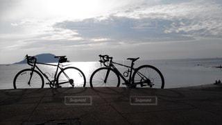 水の体の横に自転車を駐車します。の写真・画像素材[722857]