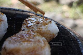 七輪で焼くおにぎりの写真・画像素材[951359]
