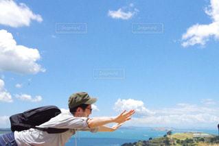 空を飛んでいる人の写真・画像素材[985603]