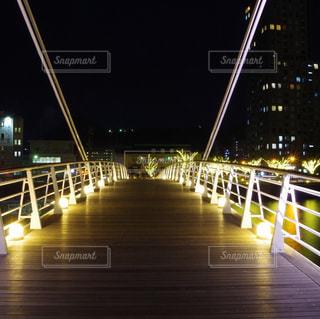 ライトアップされた門司港レトロの橋の写真・画像素材[987047]
