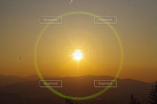山に沈む夕陽の写真・画像素材[1060995]
