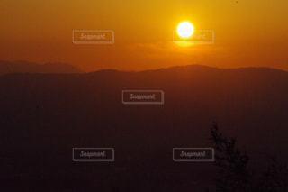 オレンジ色に輝く夕陽の写真・画像素材[1060996]