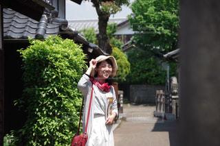 路地を歩いている女性の写真・画像素材[1153064]