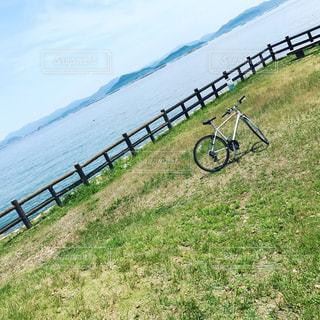 水の体の横に自転車の写真・画像素材[720901]