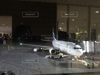 空港で滑走路に大きい飛行機の写真・画像素材[721072]
