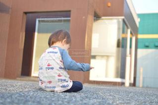 地面に座っている子供の写真・画像素材[725491]