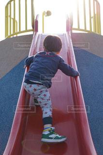 滑り台を登る子供の写真・画像素材[725499]