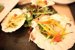 テーブルの上に食べ物のプレートの写真・画像素材[1035739]