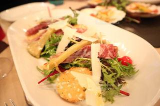 テーブルの上に食べ物のプレートの写真・画像素材[1035740]