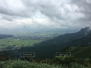 緑豊かな丘の中腹に緑のビューの写真・画像素材[721876]