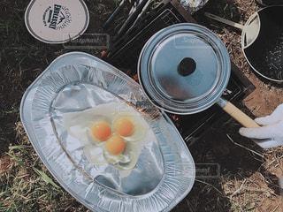テーブルの上に食べ物のボウルの写真・画像素材[850190]
